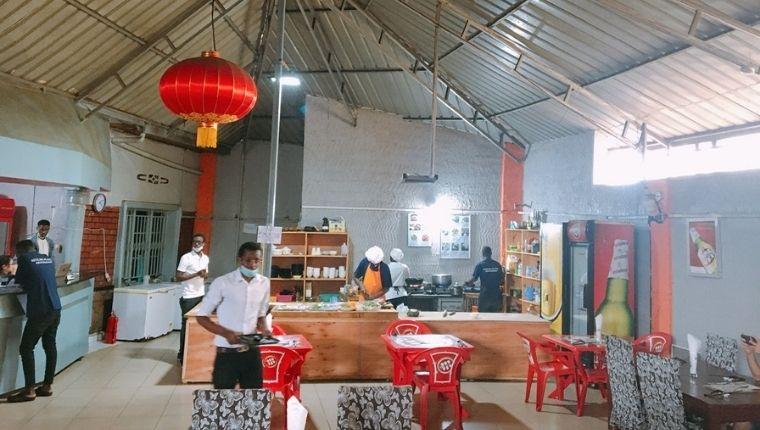 中華料理屋のオープンキッチン