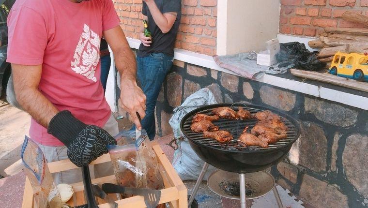 BBQで肉を焼くお父さん