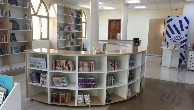フランス語の本が並ぶ図書館は子供向け